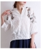 カラフルな花柄刺繍の七分袖ブラウス