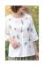 愛らしい花刺繍の綿麻混合ブラウス